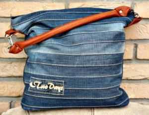 87be22dfca7f Összevarrhatunk különböző farmer csíkokat és abból is tudunk táskát  készíteni. Használhatunk előre elkészített táskafület, de készíthetjük  farmerból is.
