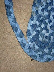 786f277dddfc Ha összefonjuk a farmer csíkokat és összetekerjük, majd egymáshoz öltjük,  jó kis szőnyegek készíthetőek belőle.